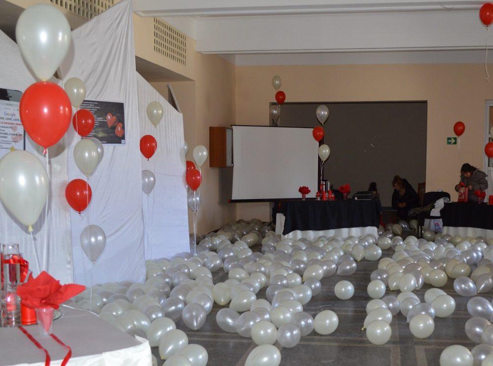 зала с балони и цветя