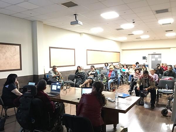 конферентна зала и насядали хора с и без увреждания