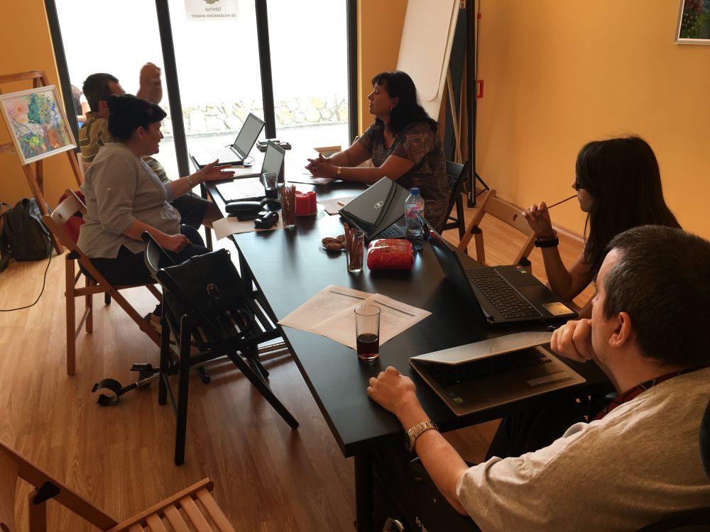 екип на ЦНЖ разговаря с представители на община Луковит