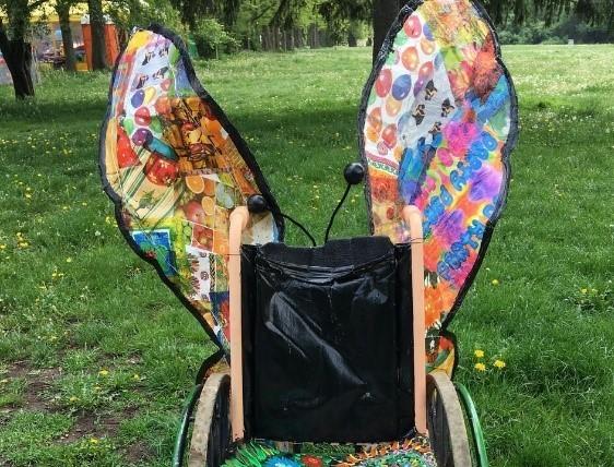 инвалидна количка с пеперудени криле