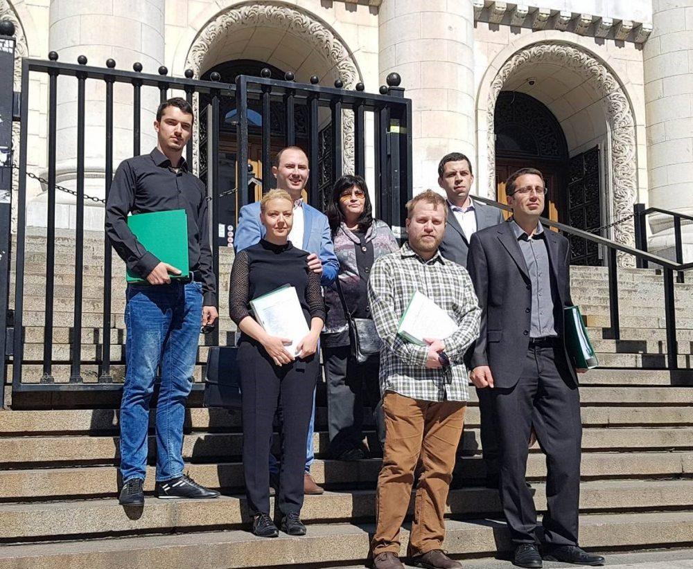 група хора пред съдебната палата