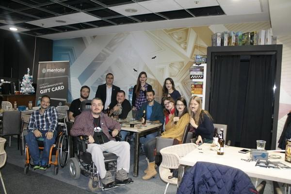 компания от млади хора с и без увреждане в заведение