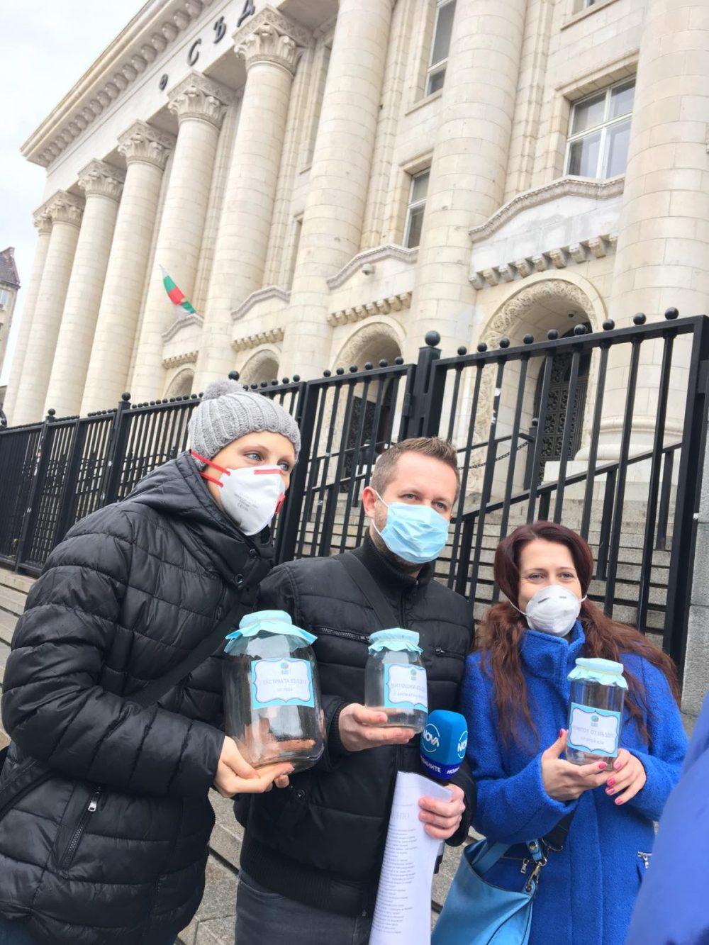 хора в маски със затворени с мръсен въздух буркани на протест
