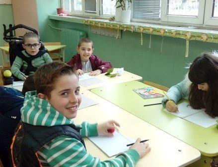 деца рисуват в клас