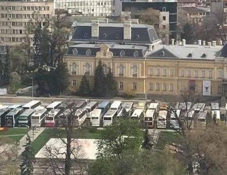 паркирали много автобуси и коли пред националната галерия