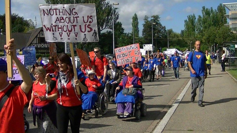 хора в инвалидни колички по улиците на Осло в поход