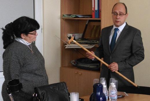 """Лазар Лазаров с бастун в ръка връчен му в акцията """"Системата куца"""""""